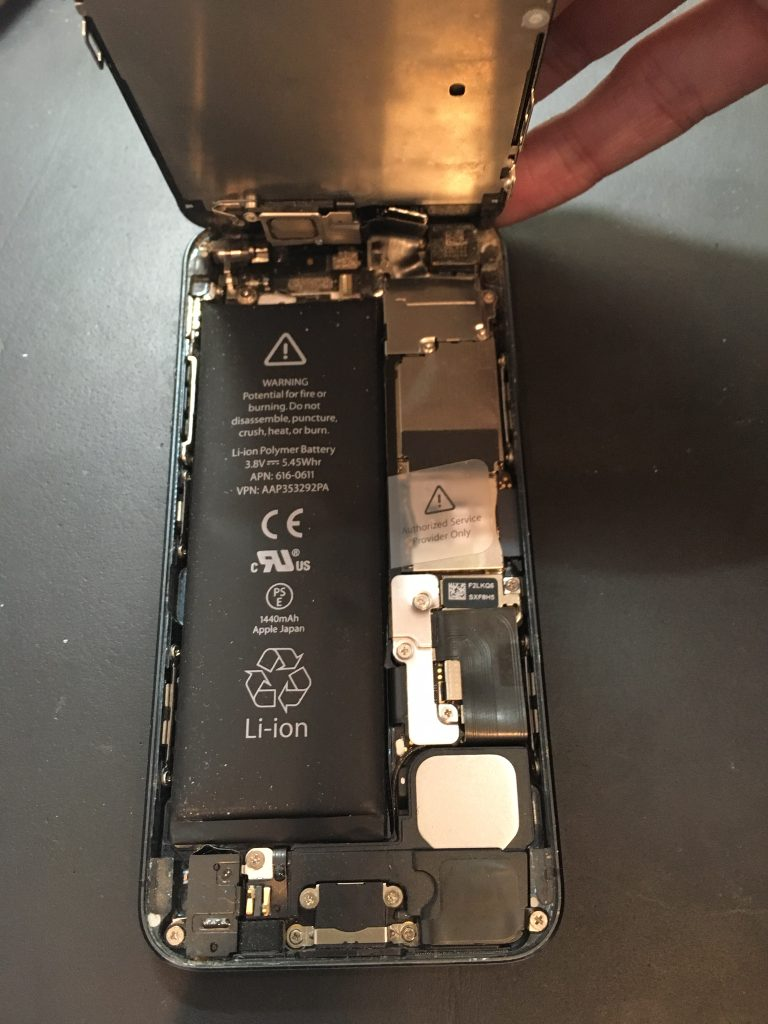 千葉県船橋市よりiPhone5バッテリー交換及び液晶交換のお客様にご来店いただきました。